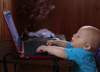 Barnet tittar på en datorskärm